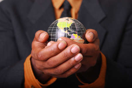 Afrikaans-Amerikaanse mannelijke handen rust plaats van een wereld bol.