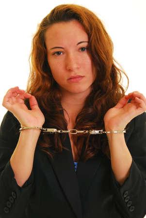 handcuffed: Aantrekkelijke blanke vrouw in pak jas en handboeien
