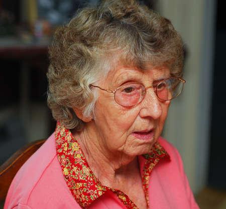 Retrato de una mujer mayor con una expresión confusa Foto de archivo - 5487078