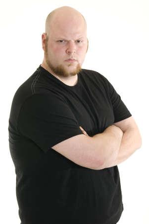 tough: Enojado hombre de cauc�sico, de pie y frowning con los brazos cruzados