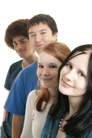 Cuatro adolescentes de diferentes orígenes étnicos, sonriendo
