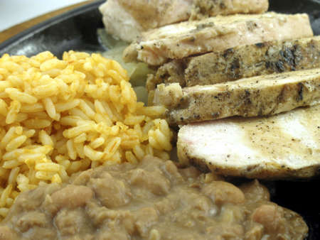 米とリフライド豆とチキン ・ ファヒータ