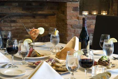 テーブルと椅子の夕食のために設定します。浅い自由度。プレートとエビのカクテルにマグロに焦点を当てる