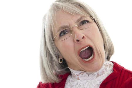 mujer enojada: Mujer madura de raza blanca gritando con una expresi�n enojada
