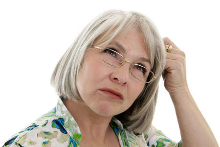 confus: Mature, attrayante femme caucasienne faisant un visage confondu