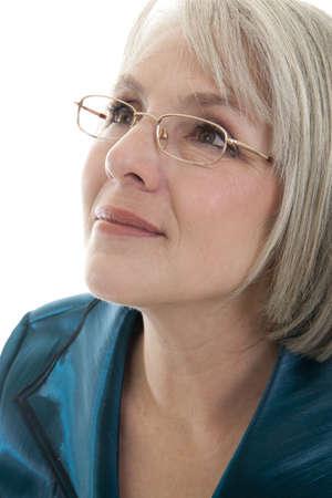 m�s viejo: Mujer madura, cauc�sica atractiva la mirada perdida en la distancia. Foto de archivo