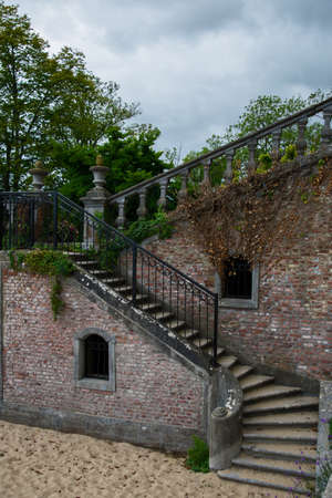 放棄された建物の古い石の階段。