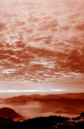 over the hill: Es una hermosa colina sobre nubes.