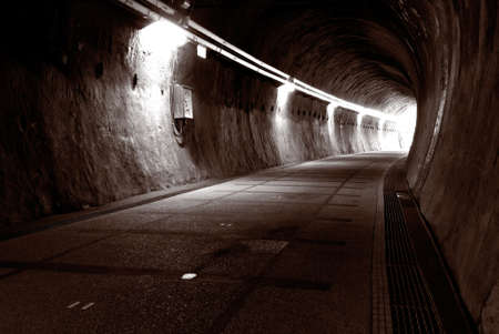Es ist ein Sepia und einsam Tunnel. Standard-Bild