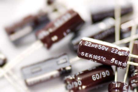 electrolytic: Es los capacitores de aluminio sobre fondo blanco.
