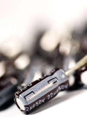 electrolytic: Es los condensadores electrol�ticos de aluminio sobre fondo blanco.