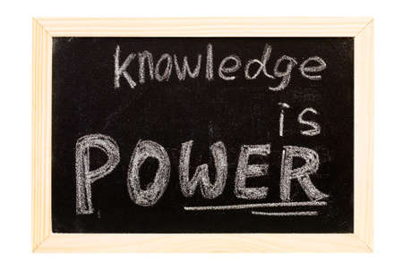 """slogan: Se trata de una pizarra escrita """"el conocimiento es poder"""", consigna."""