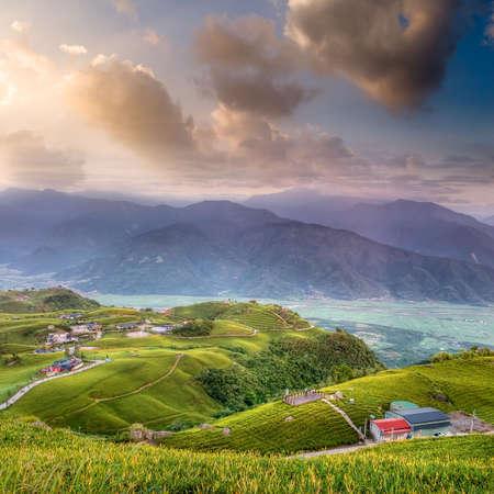 Hermoso paisaje de amanecer con la montaña y la colina. Foto de archivo