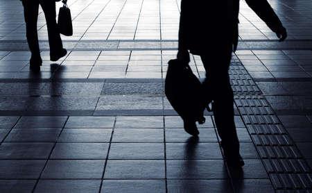Zaken man silhouet draag tas en lopen in gang in beweging vervagen.  Stockfoto