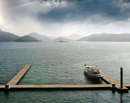 sol luna: Barco con base en el agua en el famoso monumento de Sun Moon Lake en Taiwan, Asia.