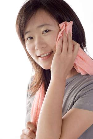excise: Lo sport donna uso asciugamano dopo delle accise su sfondo bianco. Archivio Fotografico