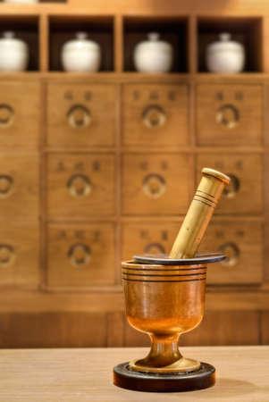 Herramienta de la medicina tradicional China antigua en farmacia.  Foto de archivo