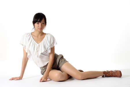 assis par terre: Beaut� sexy portrait sit et regard, isol� sur fond blanc.