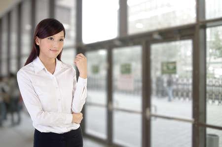 비즈니스 여자 실내, 사무실 건물 안에 아시아의 근접 촬영 초상화.