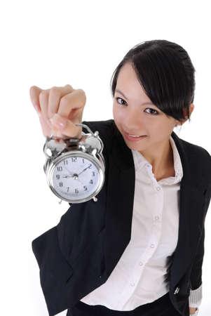 woman clock: Feliz sonriente negocio chica celebraci�n de reloj despertador sobre fondo blanco, retrato de portarretrato.