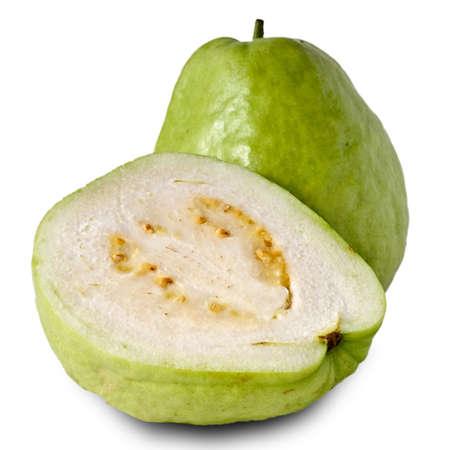 guayabo: Fruta fresca de guayaba, verde aislado sobre fondo blanco.