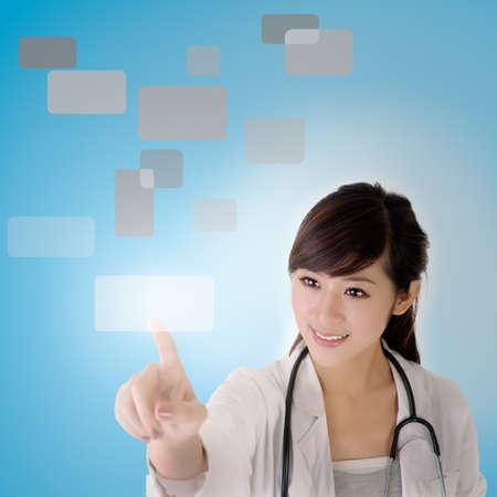 touchscreen: Pantalla t�ctil de prensa joven m�dico con expresi�n de placer.