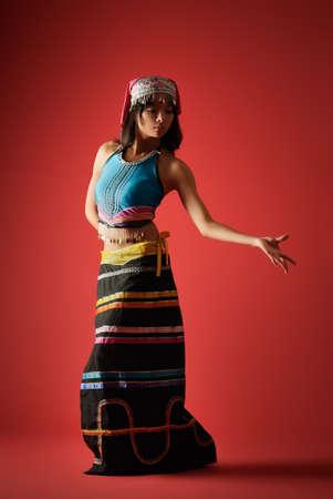 birma: Mysterieuze danser van Chinees meisje in kleurrijke klederdracht, Dai minderheid nationaliteit. Stockfoto