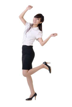 Dansen zaken vrouw met plezier, full length Portret geïsoleerd op wit.