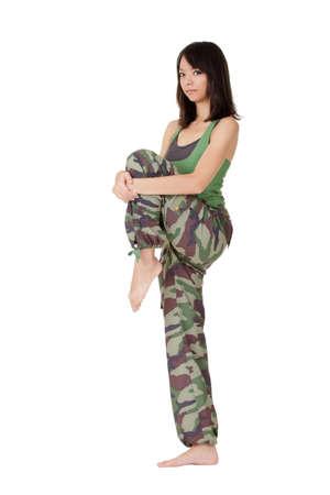 excise: Donna asiatica attraente del fitness facendo stiramento delle accise. Archivio Fotografico