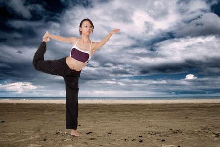 excise: Lo yoga si pongono in spiaggia, ragazza asiatica, facendo delle accise in outdoor. Archivio Fotografico