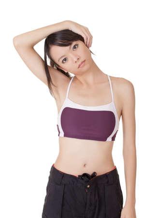 excise: Giovane donna attraente del fitness facendo stiramento delle accise su sfondo bianco.