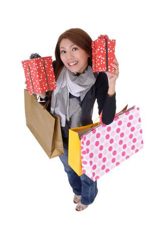 excitacion: Feliz mujer sonriente celebraci�n de regalos y bolsas aisladas sobre blanco.