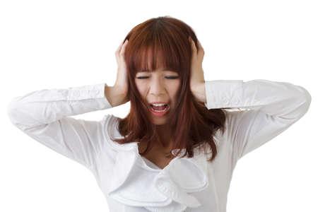 uneasiness: Frustran a mujer de negocios de Asia que se puso la mano sobre la cabeza contra el blanco.