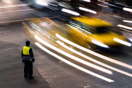 Policier travaillant la nuit sur la route de trafic avec des voitures légères à Taïwan, Asie. Banque d'images