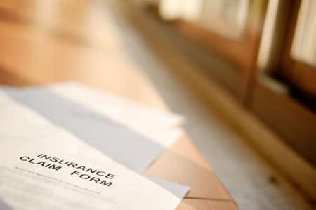 profesar: Papel de formulario de reclamaci�n de seguros sobre mesa, DOF poco profunda.