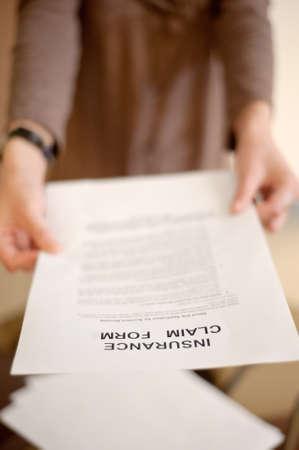 reclamo: Formulario para usted, DOF superficial de reclamaci�n de mujer mostrando seguros. Foto de archivo