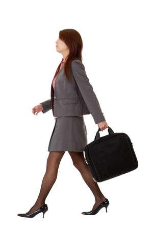 Zaken vrouw wandelen, volledige lengte pose geïsoleerd op een witte achtergrond. Stockfoto