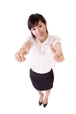 Mujer de negocios de jóvenes de Asia dan duplica signo excelente, retrato de longitud completa aislada en blanco.
