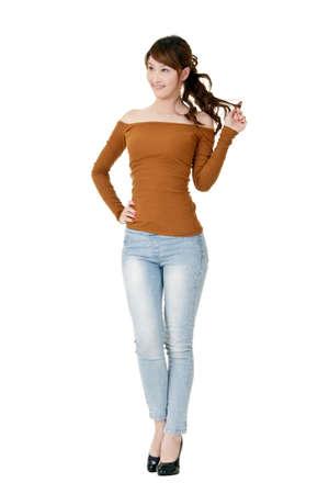 Mujer de Asia, retrato de longitud completa aislada sobre fondo blanco.