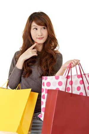 매력적인 젊은 쇼핑 여자 생각, 흰색 배경에 근접 촬영 초상화. 스톡 콘텐츠