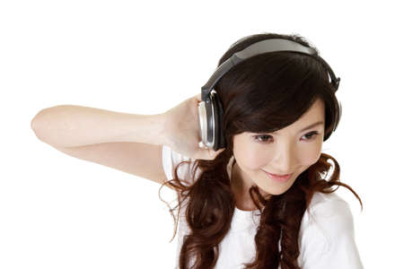 personas escuchando: Escuchar m�sica de mujer asi�tica con auriculares, closeup retrato en blanco.