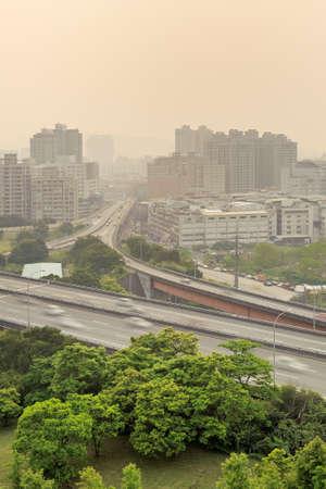 contaminacion aire: Paisaje de la ciudad del sol con edificios y alta forma bajo la niebla porque la contaminaci�n en Taipei, Taiw�n, Asia del aire. Foto de archivo