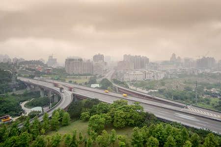 Paisaje del atardecer de carreteras y edificios con mal tiempo y la contaminaci�n atmosf�rica, paisajes de la ciudad de Taipei, Taiw�n. Foto de archivo - 9410034