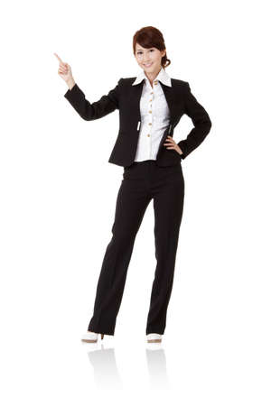 가리키고 제시, 전체 길이 세로 흰색 배경에 격리 된 웃는 비즈니스 여자.