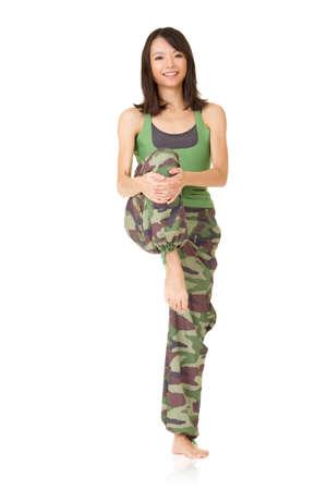 excise: Donna palestra facendo accise elasticizzata, ritratto di lunghezza isolato su sfondo bianco.