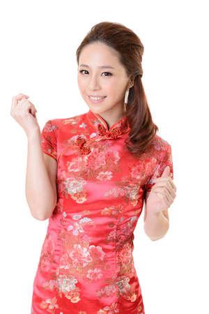 mujer china: Sonriendo cheongsam chino vestido de mujer tradicional en A�o Nuevo, tiro del estudio aislado en el fondo blanco.