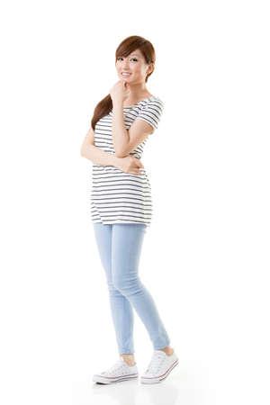 Comfortabele Aziatisch meisje portret in casual kleding geïsoleerd op witte achtergrond.