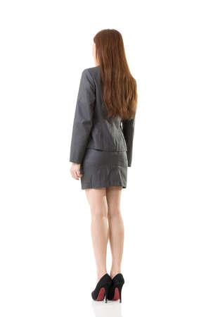 In voller Länge Person von Asian Business-Frau tragen Rock Anzug, Rückansicht Porträt auf weißem Hintergrund. Standard-Bild