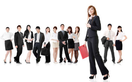 흰색 배경에 그녀의 팀과 함께 자신감 비즈니스 여자.
