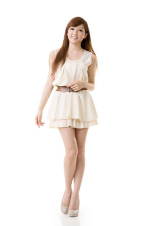 korean fashion: Belleza asi�tica retrato, de cuerpo entero aislado en el fondo blanco.